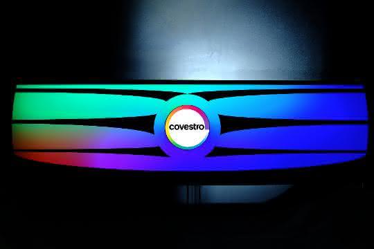 Frontmodulkonzept in individuellem Design und mit hoher Funktionsintegration. Eine eigene Variante ist hier die Black-Panel-Technologie, bei der eine spezielle Polycarbonatfolie mit dahinter befindlicher Lichtquelle zum Leuchten gebracht wird.