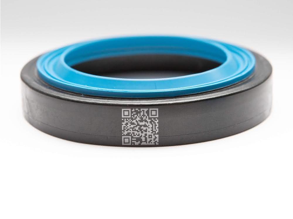 2-Komponenten-Wellendichtung bestehend aus einem Außenring aus einem glasfasergefüllten PA 612 und Innenring aus EPDM-Gummi.