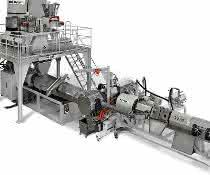 Beispiel für eine integrierte Recycling-Compoundieranlage, bestehend aus konischem Gleichlauf-Doppelschnecken-Extruder (links), CDF-Schmelzefilter und anschließenden Einschnecken-Extruder mit Entgasung.