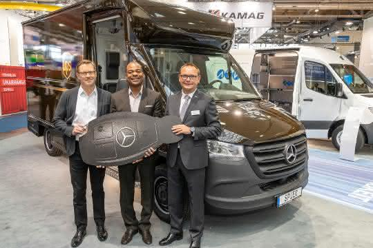 Mercedes-Benz Vans übergibt Pilotfahrzeug an UPS