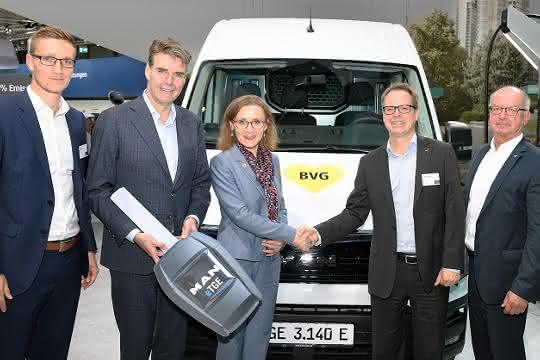 Symbolische Schlüsselübergabe für vier MAN eTGE an die BVG