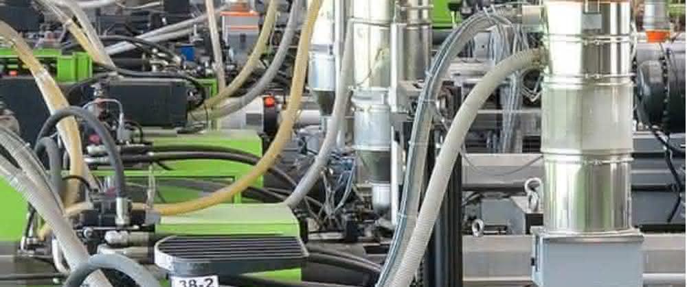 Sonderverfahren prägen die Spritzgießtechnik bei Allgaier, dementsprechend flexibel müssen die Anlagen für das Materials Handling sein.
