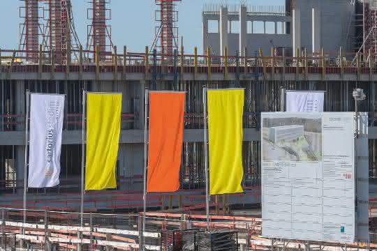 Baustelle mit Fahnen beim Richtfest für neues Cell Culture Technology Center in Ulm