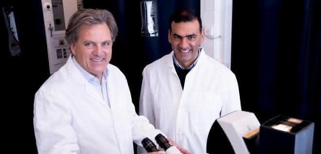 Samir El-Mashtoly (rechts) und Klaus Gerwert im Labor an der Ruhr-Universität Bochum.