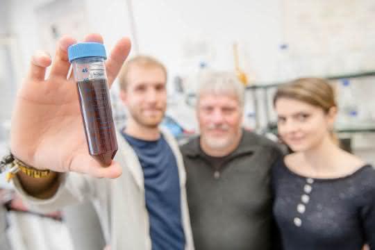 Diesen Metallpartikeln in Lösung haben Forscherinnen und Forscher eine besondere Eigenschaft verpasst.