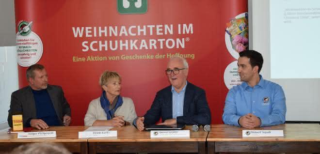 """Pressekonferenz 2018: Die Lkw-Verfolgung der Päckchen von """"Weihnachten im Schuhkarton"""" wird vorgestellt."""