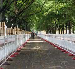 Mit Schrankenschutzgittern abgesicherter Korridor