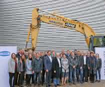Die Baubeteiligten vor dem neuen Hochregallager.
