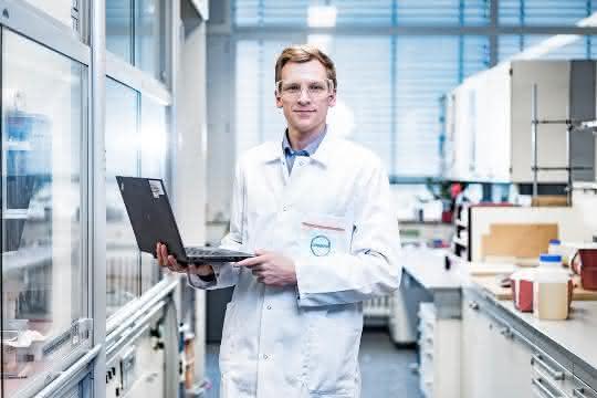 Daten-Experte in einem Labor von Covestro