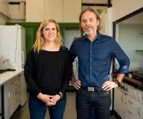 Arbeiten mit Massenspektrometrie: Linda Weiss und Ralph Tollrian im Labor an der RUB