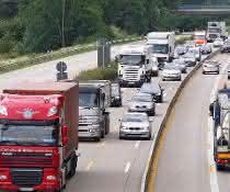 Autos und LKWs auf einer Autobahn