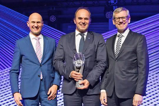 Bei der Preisverleihung (v.l.) Jörg Willimayer (BMW), Martin Brudermüller, Vorstandsvorsitzender der BASF, Jürgen Westermeier (BMW).