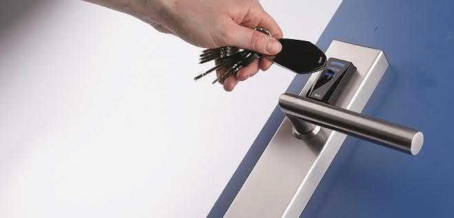 Ein Zutrittsystem gewährleistet, dass unbefugten Personen der Zutritt zu Büro-, Server- oder Labor-Räumen untersagt bleibt.