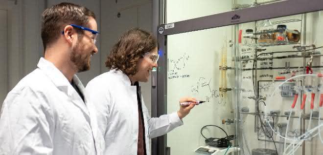Philip Weber und Thorsten Scherpf (hinten) waren maßgeblich an den Versuchen im Labor beteiligt.