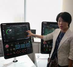 Rebecca Hsieh, Vice President Sales Department bei Goodway, erläutert die Eigenschaften des Frond-End-HMI-System G.Linc.