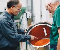 Die KWS Experten Ralf Tilcher (links) und Walter Findling diskutieren das Anbringen von Biologicals am Saatgut.