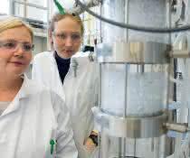 """Die praktische Ausbildung im Labor ist Kernelement des Studiums an der TH Bingen. Demnächst lernen die Studierenden auch an der """"Modellfabrik""""."""