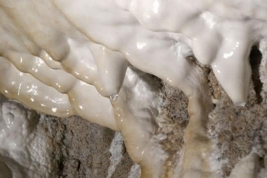 Aragonit-Vorkommen in der Obstanser Eishöhle in Tirol: Die Oberfläche dieser weißen Schicht an der Höhlenwand ist mit dem neu entdeckten mAra, einem Vorläufer des Aragonits, bedeckt.