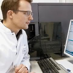 Dr. Nicola Wilck vom Experimental and Clinical Research Center bei der Arbeit am Laborcomputer.