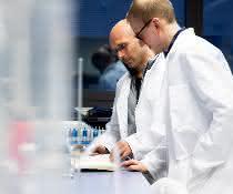 Professor Heinz Koeppl (li.) und sein wissenschaftlicher Mitarbeiter Jascha Diemer.