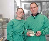 Anna Burrichter und Dr. Daniel Schleheck im Labor.