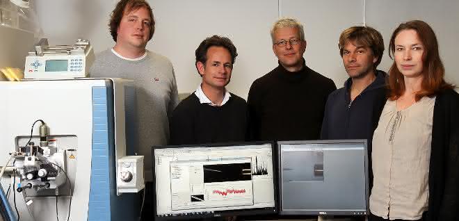 Gruppenbild mit Großgerät für die Massenspektrometrie