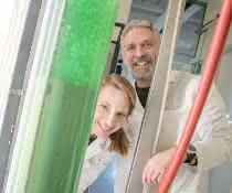 Jacqueline Thiemann und Marc Nowaczyk interessieren sich für Proteinkomplexe in Cyanobakterien, die sie an der Ruhr-Universität in großen Tanks halten.