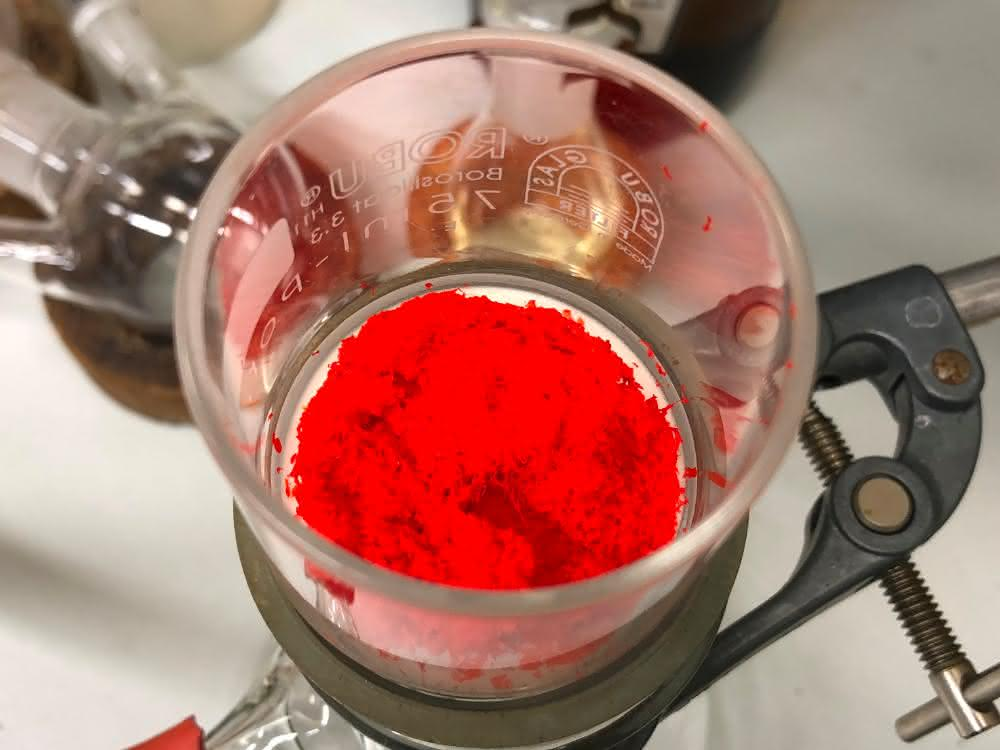 Rote Polymere nach dem ersten Aufreinigungsschritt.