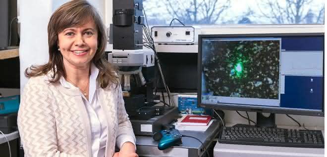 Dr. Natalia P. Ivleva mit ihrem Raman-Mikroskop