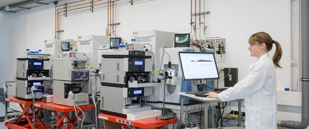Doktorandin an einem Hochdurchsatz-Massenspektrometer der Professur für Proteomik und Bioanalytik.