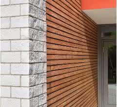 Die bruchrauen Verblender aus KS ergeben zusammen mit dem Lärchenholz ein harmonisches Gesamtbild