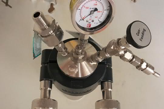 Druckgefäß (Autoklav) zur Durchführung der Hydrierung fluorierter Pyridine. Die Reaktionen werden bei einem Wasserstoffdruck von 50 bar durchgeführt.
