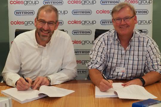 Coles-CEO Steven Cain (rechts) und WITRON-Geschäftsführer Helmut Prieschenk unterzeichneten die Verträge.
