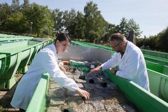 Die ForscherInnen bei der Analyse der Auslaugung von Plastik durch Sonneneinstrahlung.