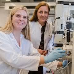 Kathrin Witzke und Barbara Sitek (von links) analysierten Tausende Proteine aus Gewebeproben.