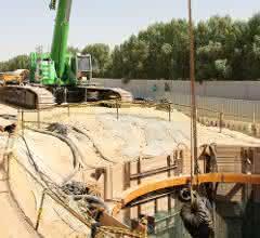 30 t schwere Bohreinheit sowie die Rohrsegmente werden vom Kran in den Schacht gehoben