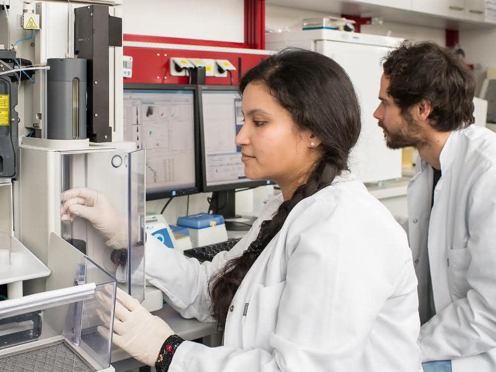 Die Erstautorin der Studie Dr. Garima Garg und Dr. Andreas Muschaweckh aus der Experimentellen Neuroimmunologie der TUM arbeiten an einem FACS-Gerät (engl., Fluorescence-Activated Cell Sortin).