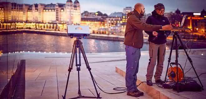 Max Rahrig untersucht mit Kollegin Anna Luib eine Testfläche am Opernhaus in Oslo.