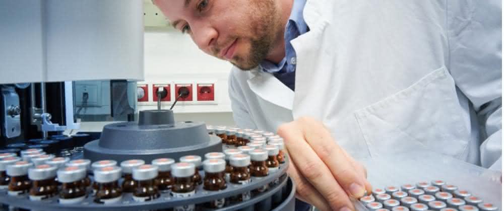 Mitarbeiter vom Institut für Nutzpflanzenwissenschaften und Ressourcenschutz (INRES) der Universität Bonn bestückt den Gaschromatographen mit Proben.