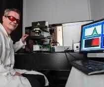 Prof. Dr. Thorsten Geisler-Wierwille vom Institut für Geowissenschaften und Meteorologie der Universität Bonn am Raman-Spektrometer mit eingebautem Heizgefäß.