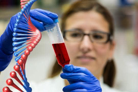 Fotomontage: Labormitarbeiterin mit Blutprobe und DNA