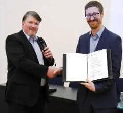 Der Vorsitzende der DECHEMA-Fachgemeinschaft Biotechnologie Prof. Dr. Roland Ulber überreicht den Preis an Jun.-Prof. Dr. Alexander Grünberger.