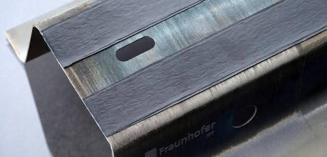 Teil eines hybriden Seitenschwellers, lokal funktionalisiert durch laserunterstütztes Tapelegen.