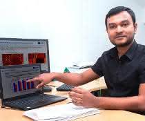 Saptarshi Bej in seinem Büro an der Universität Rostock bereitet die Darstellung seiner Forschungsergebnisse vor.