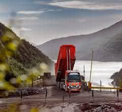 Selbstfahrender Lkw im Kalksandsteinbruch
