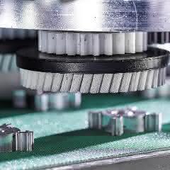 Die planetaren Bürsten werden mittels Zahnräder ohne zusätzliches Getriebe direkt über das zentrale Aggregat angetrieben.