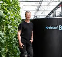 Im Gewächshaus des IGB: Prof. Dr. Werner Kloas