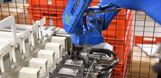 Automation eines Bearbeitungszentrums: Roboter bringt Steckergehäuse
