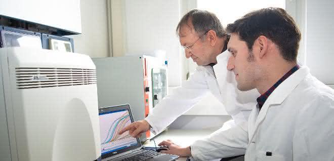 Erfolgreich bei der Weiterentwicklung eines Biomarkers zur Hodenkrebs-Erkennung: PD Dr. Ganzafer Belge (links) und Dr. Arlo Radtke aus dem Fachbereich Biologie/Chemie der Universität Bremen.