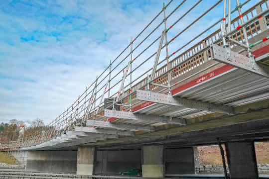 Mit dem neuen Aluminium-Träger FlexBeam lassen sich stehende und auch hängende Flächengerüste jetzt deutlich wirtschaftlicher umsetzen.